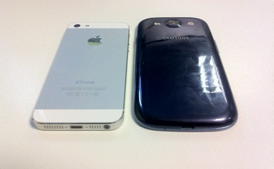 Apple Iphone 5 vs Samsung Galaxy S3 design