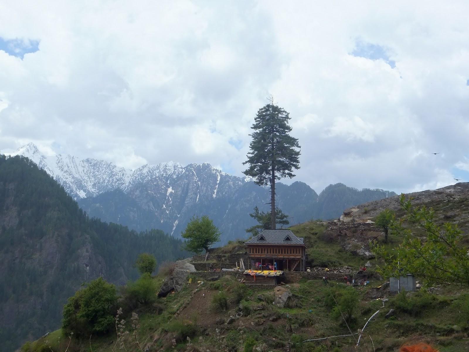 дом на склоне горы в Гималаях