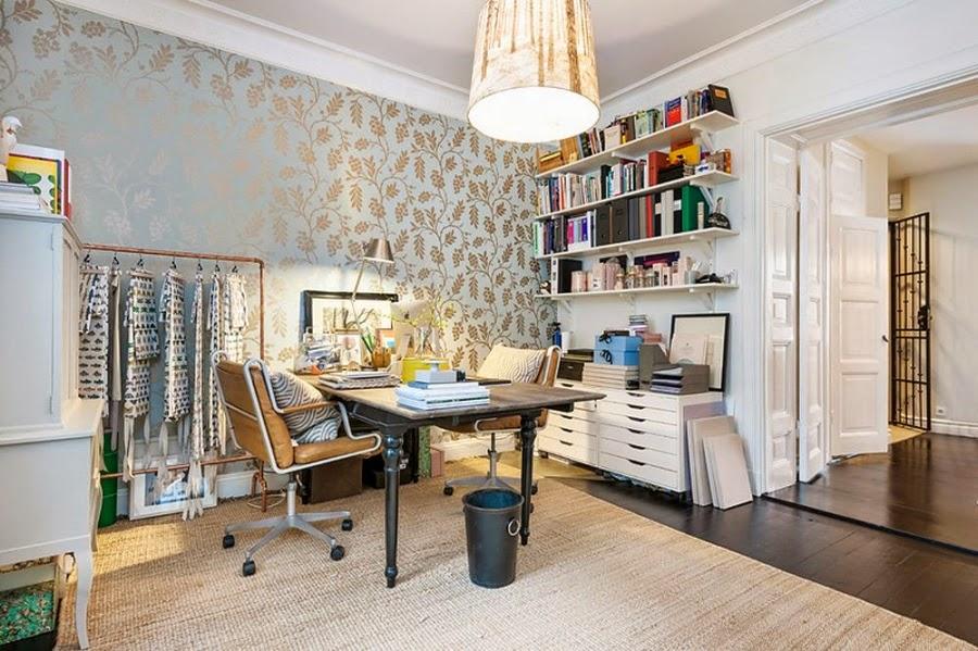 Apartament w Szwecji z kontrastową ścianą, wystrój wnętrz, wnętrza, urządzanie domu, dekoracje wnętrz, aranżacja wnętrz, inspiracje wnętrz,interior design , dom i wnętrze, aranżacja mieszkania, modne wnętrza, styl klasyczny, styl nowoczesny, ceglana ściana, ściana z cegły, pracowania, biuro, biurko