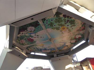通天閣の真下・・・エントランスの天井画「花園に遊ぶクジャク図」