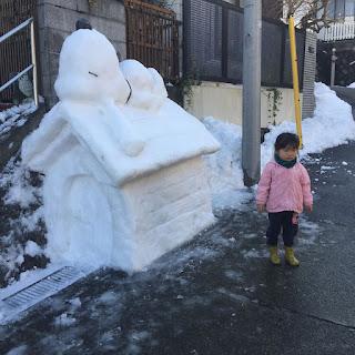 El gran Snoopy hecho de nieve