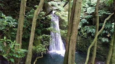 cascada de agua cerca de faial da terra en las islas azores