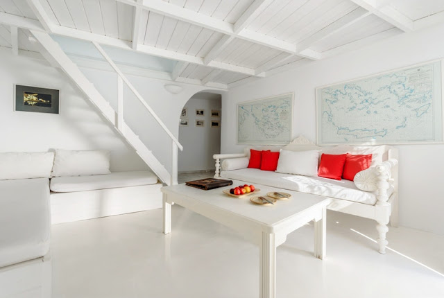 white house in Oia chic and deco blog