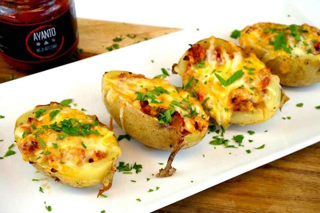patatas rellenas de carne con bacon,queso y mojo canario