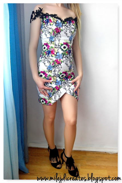 Sukienka w kwiaty z czarną koronką DIY // Flower dress with black lace DIY. Sukienka asymetryczna, dopasowana, obcisła. Projekt własny
