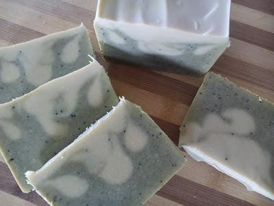 Jabón de aceite artesanal de oliva y algas marinas.
