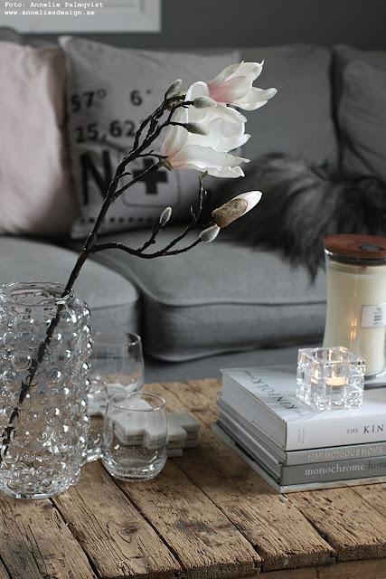 annelies design, webbutik, webshop, nätbutik, inredning, vardagsrum, vardagsrummet, woodwick, doftljus, magnolia, grått, fårskinn, bubbles, glas, vattenglas, snygga,