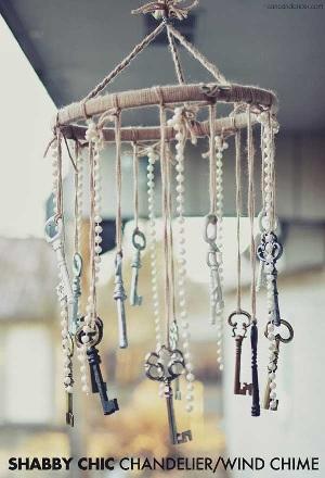Lampu gantung hias (chandelier) sekaligus lonceng angin terbuat dari kunci-kunci bekas.