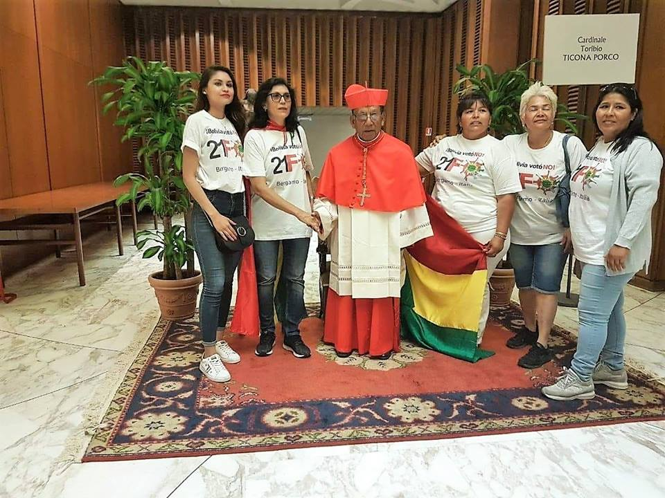 Parte del grupo de residentes bolivianas en Italia junto a monseñor Ticona / RRSS