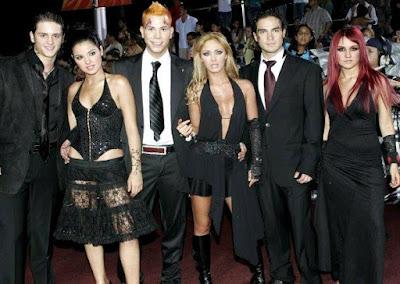 Foto del grupo RBD con traje negro
