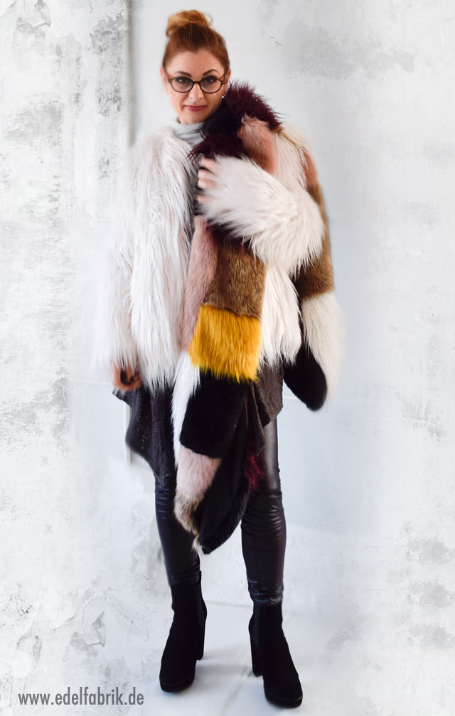 Outfit mit großem, bunten Fakefurschal, Felljacke und Lederleggings