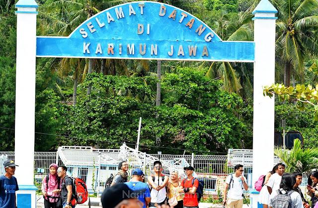 Foto bareng di Gapura Pelabuhan Karimunjawa