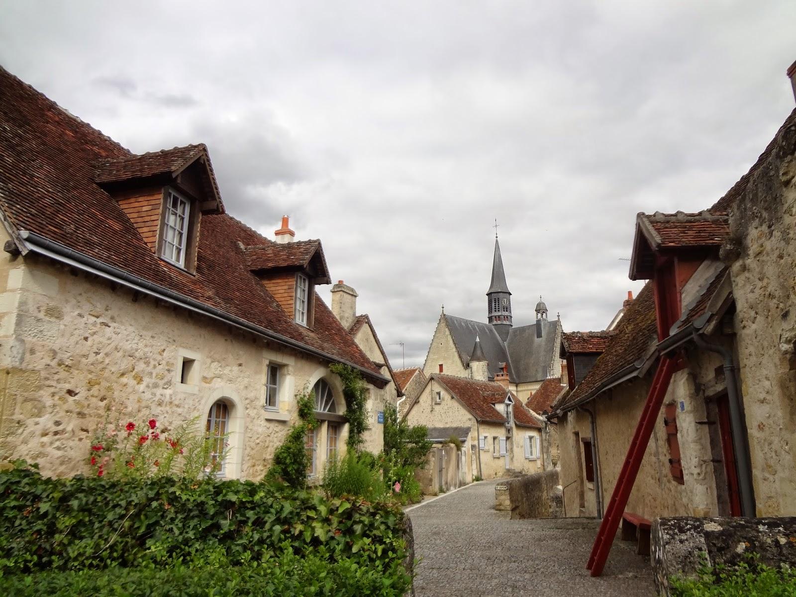 Calle frente al castillo en Montrésor