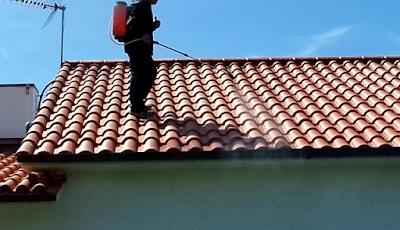 Aplicando hidrofugante em telhado com pulverizador agrícola
