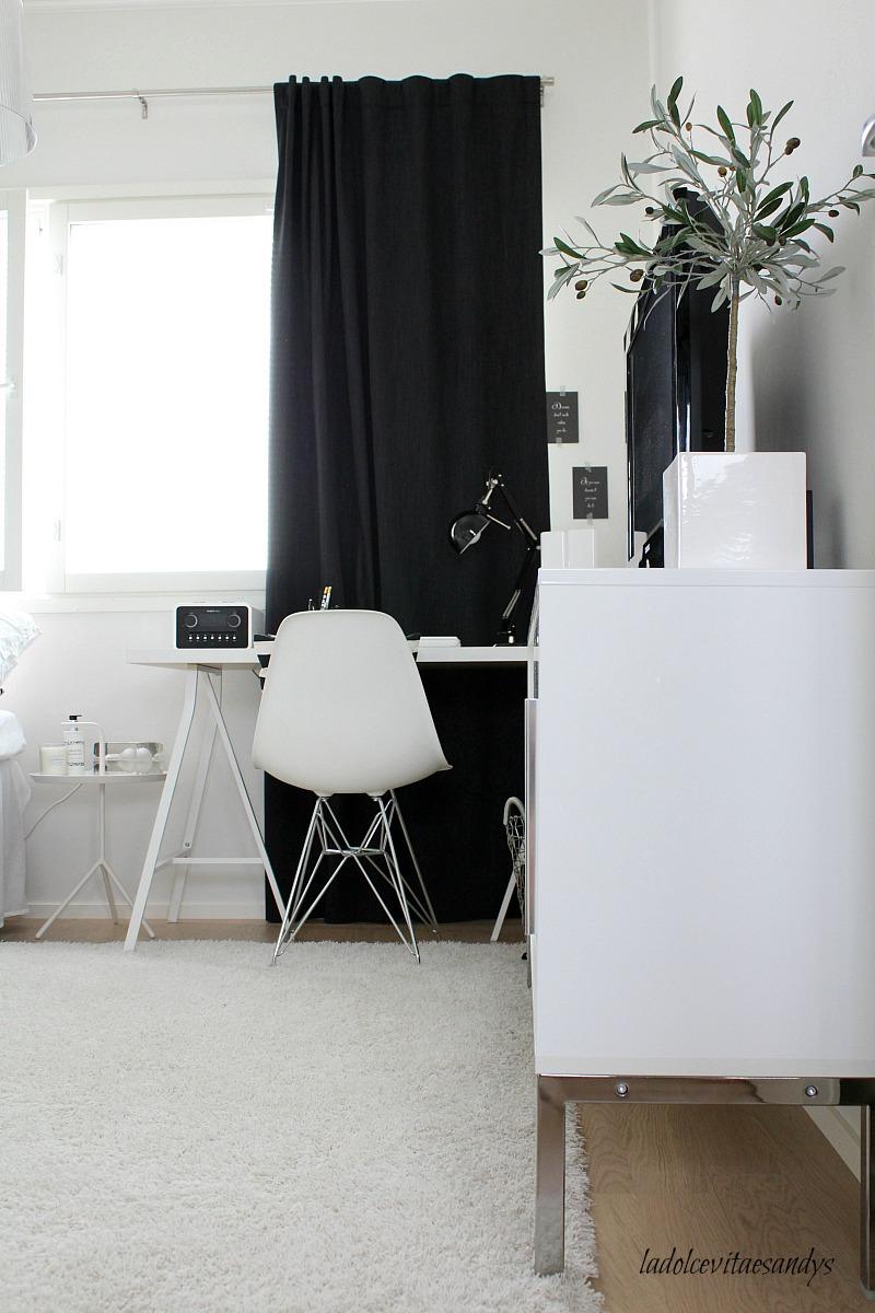 mustavalkoinen työhuone