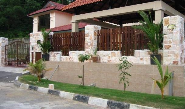 pagar depan dengan batu alam rumah minimalis type 30
