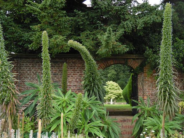 Walled Garden, mur z cegły w ogrodzie