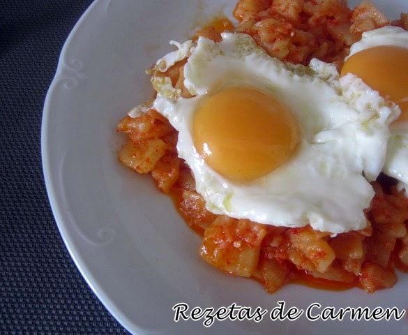 Huevos rotos con patatas picantes