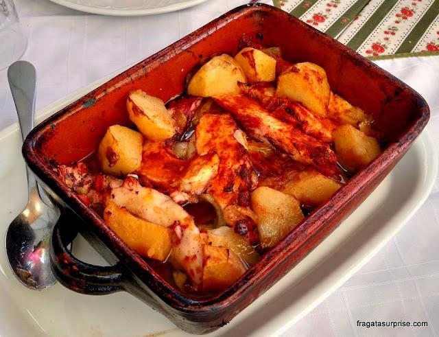 polvo ao forno com batatas servido no Cais da Ribeira, Cidade do Porto
