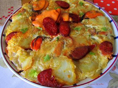 Tortilla de patatas, chorizo y mejillones