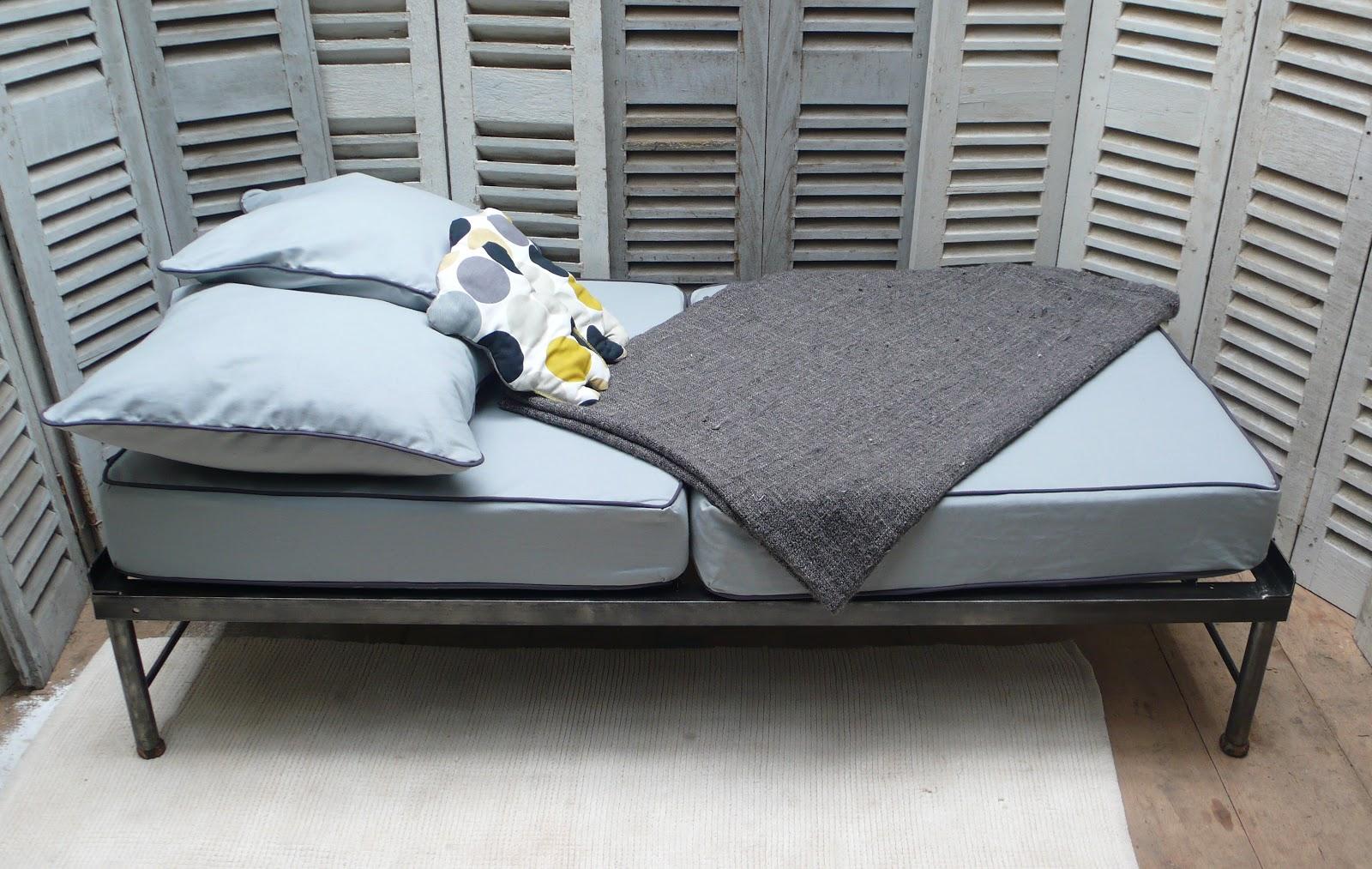 les mh mes en goguette banquette au look industriel. Black Bedroom Furniture Sets. Home Design Ideas
