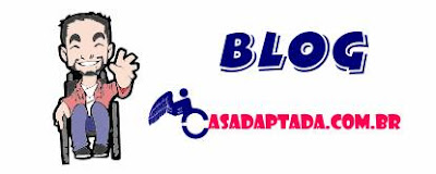 """Banner do site casadaptada.com.br Descrição da imagem: À esquerda, há uma caricatura que representa um rapaz cadeirante. Ele usa cavanhaque, é sorridente e acena com a mão esquerda. Ao lado, está escrito: """"Blog casadaptada.com.br""""."""