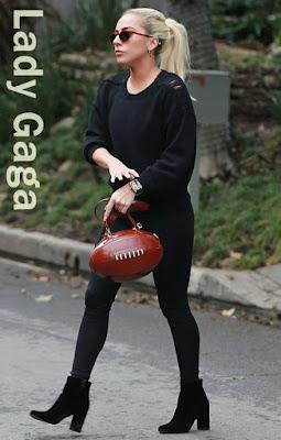 レディー・ガガ(Lady Gaga)は、サンローラン(Saint Laurent)のセーター&アンクルブーツ、モスキーノ(Moschino)のショルダーバッグを着用。