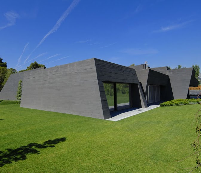 New Modern Concrete House in Madrid Resembles A Bunker  : exterior3 from www.ifitshipitshere.com size 673 x 579 jpeg 56kB