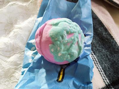Blogmas Day 9: Lush Mistletoe Bath Bomb Review