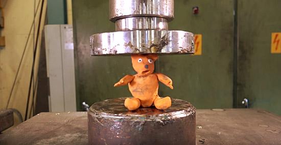 Esmagando ursos de goma com uma prensa hidráulica...