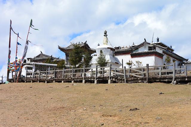 Temple tibétain au mont enneigé du dragon de jade