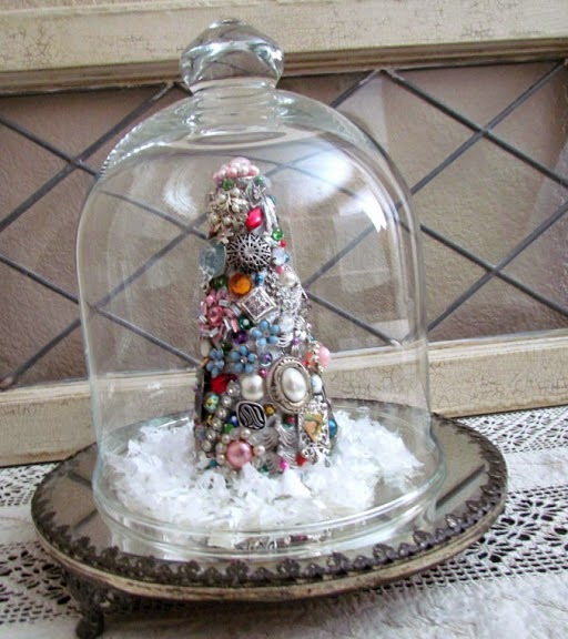 create a Christmas tree with vintage jewelry