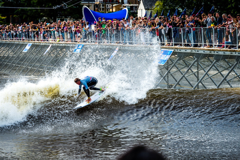 hawaii s albee layer surfing to victory at red bull unleashed surf contest
