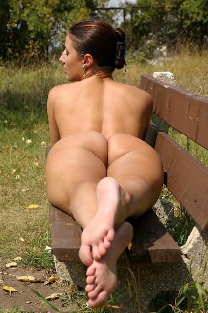 pieds nus, belle fesses, elle bronze dénudée