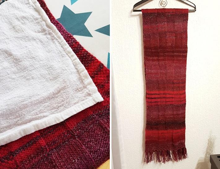 Roter Strick-Schal auf Bügel