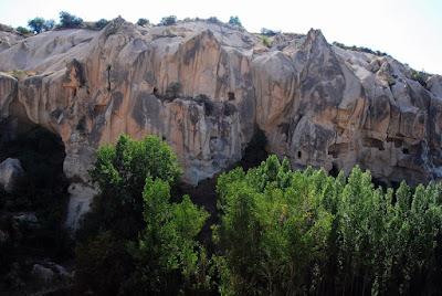 églises et monastères transforment la roche en véritable gruyère !