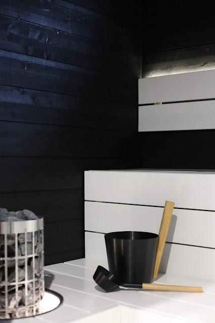 rento, harvia, cilindro, siparila, saunasetti, valkoiset lauteet, musta sauna, tumma sauna, mustavalkoinen sauna, valaistu upotuskaulus, saunavaha, supi