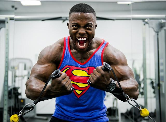 un negro afro-americano musculoso con una camiseta de superman
