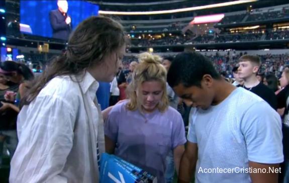 Hombre recibiendo a Cristo en estadio Arlington, Texas.