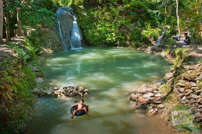 Bermain air menggunakan ban di Kedung Pengilon Kasihan Bantul Jogja
