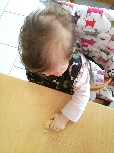 Saippuakuplia olohuoneessa- blogi. 8 kuukautta, Lapsen kehitys, Lapsi, Vauva, Banaani, Kiinteiden maistelu, Sormiruokailu