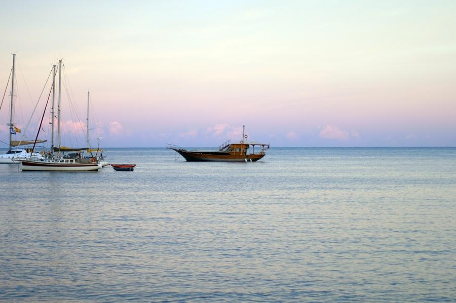 Blog + Fotografie by it's me! - Reisen - La Isla Blanca Ibiza, Santa Eularia - Boote im Abendrot über dem Meer