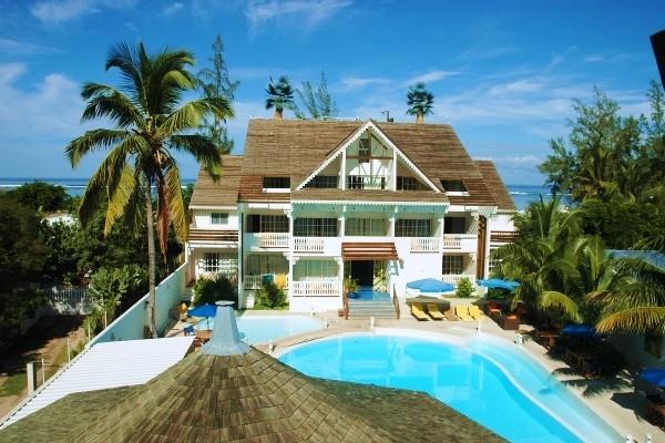 Hotel créole face à la piscine