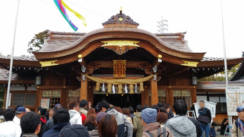 人文研究見聞録:田縣神社の豊年祭、混み合う本殿前