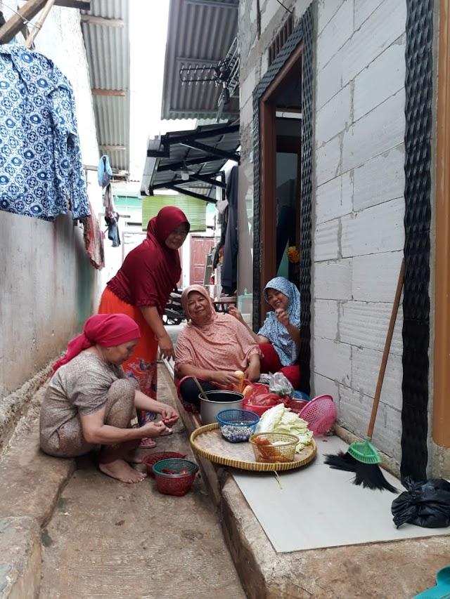 Ibu-Ibu Tetap Semangat Memasak Buat Prajurit Satgas TMMD Ke-103