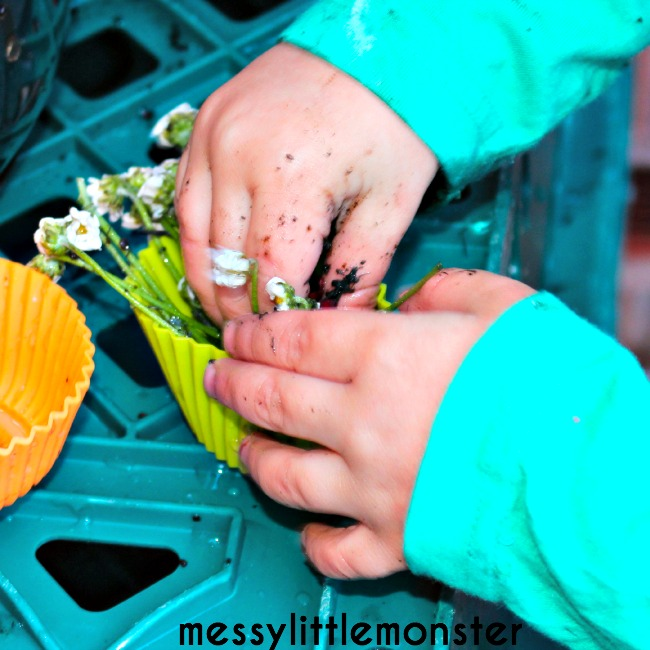 How to make a simple DIY outdoor mud kitchen for kids. Fun outdoor sensory activities for toddlers and preschoolers.