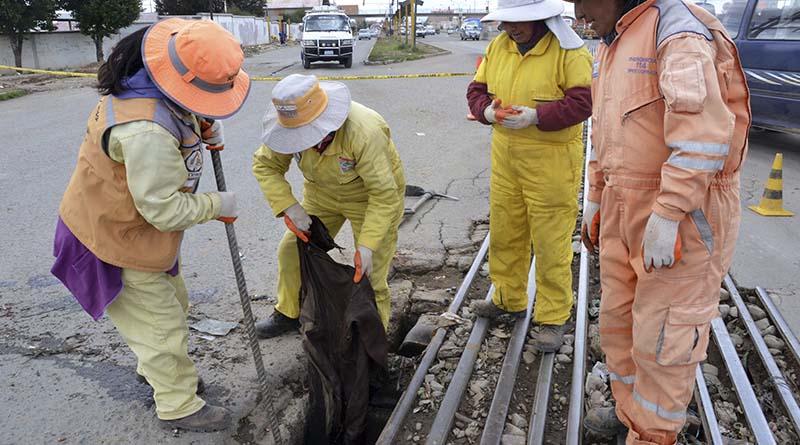 Sumideros y bocas de tormenta de vías troncales fueron limpiadas en El Alto