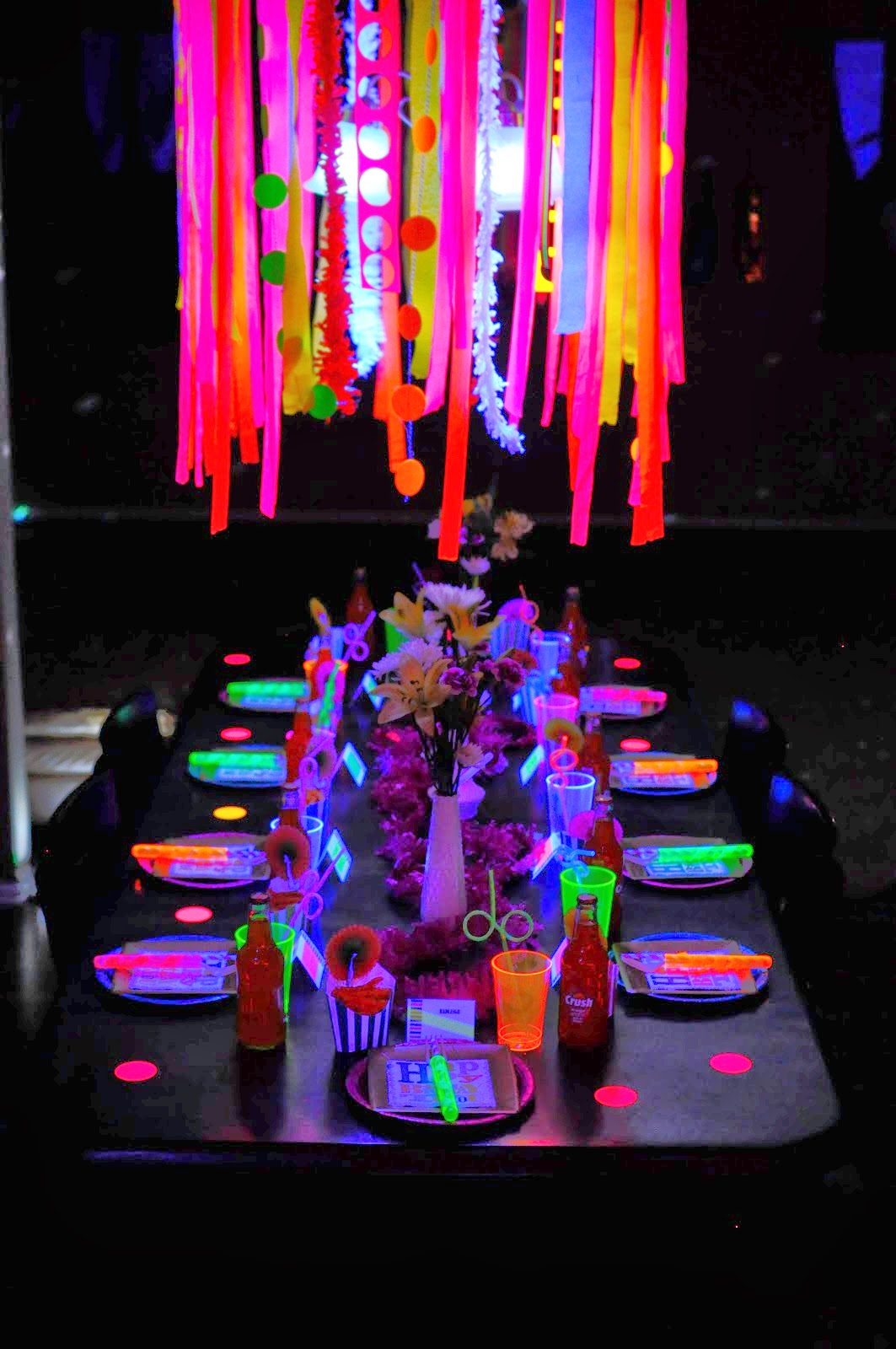 Tables en f te une d coration d 39 anniversaire fluorescente for Decoration pour