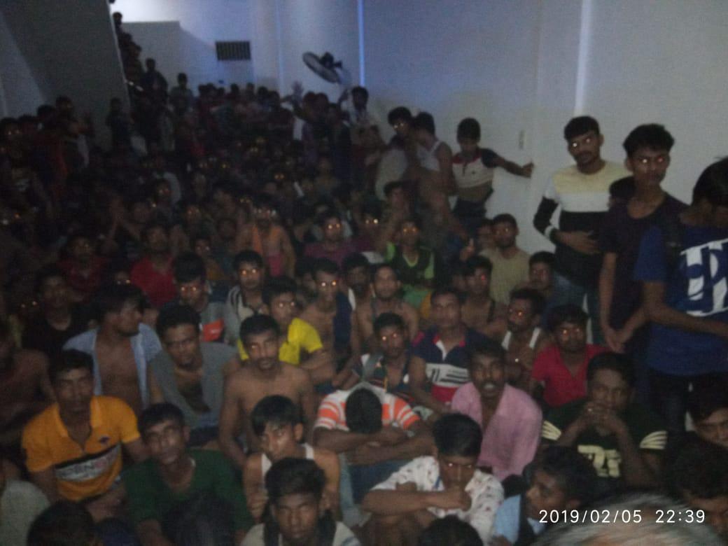 DITIPU- Ratusan warga imigran dari Bangladesh saat dibawa ke Mapolrestabes Medan Rabu dinihari.
