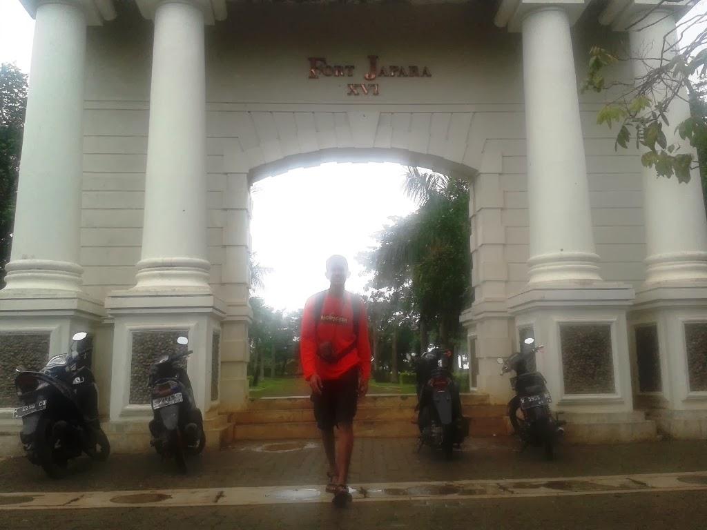 Berfoto didepan pintu gerbang Benteng VOC, Jepara
